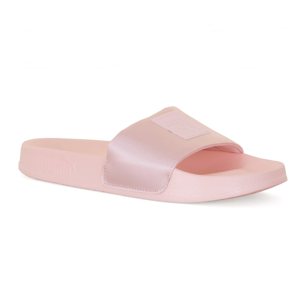 Puma slippers voor dames. de slippers zijn gemaakt van flexibel rubber en zijn voorzien van een stevige ...